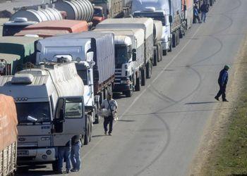Paro de camioneros. gran cantidad de camiones fueron parte del paro realizado por el gremio de moyano sobre avenida de circunvalacion. . LA CAPITAL/Héctor Rio (Rosario - Argentina - Tags: Ciudad)